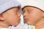 Édesanyjuk méhében operálták meg az ikreket