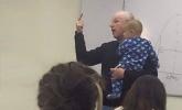 Tanítványa babájával a karjában oktat a professzor