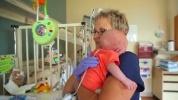 Megható videó: így lepték meg a szülők a nővérkét